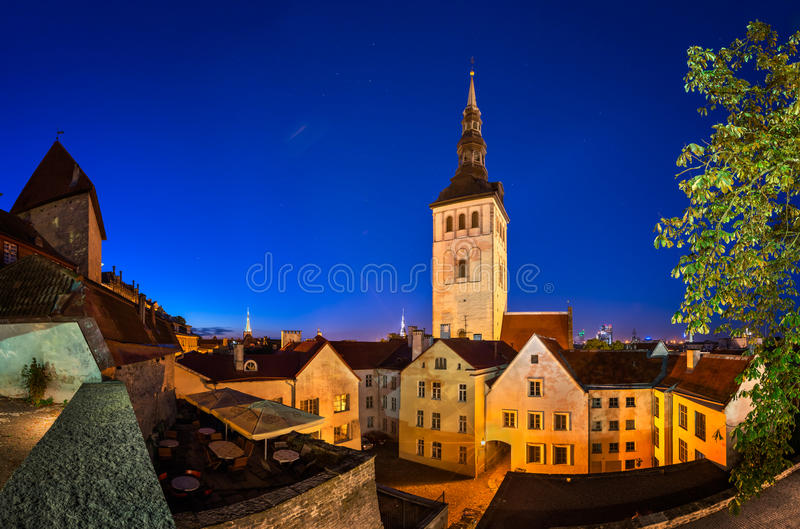 Avondmening van de Oude Stad Kerk en van Sinterklaas (Niguliste) stock foto