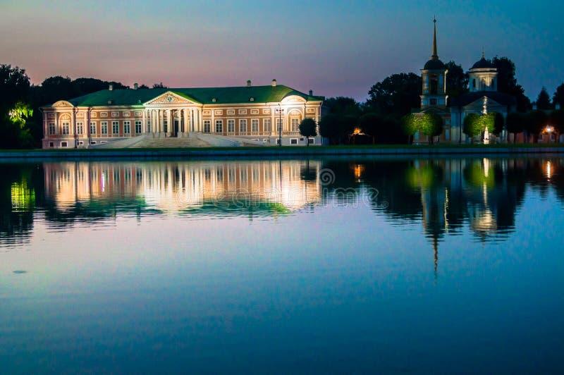 Avondmening van het de reservemuseum Kuskovo, het vroegere landgoed van de Staat van het de zomerland van de 18de eeuw moskou Rus royalty-vrije stock fotografie