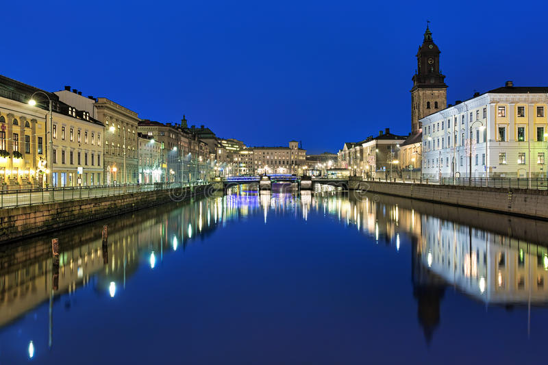 Avondmening van het Grote Havenkanaal en de Duitse Kerk in Gothenburg stock fotografie