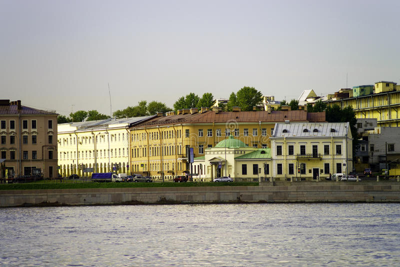 Avondmening van Neva-rivierbank, St. Petersburg, Rusland royalty-vrije stock foto