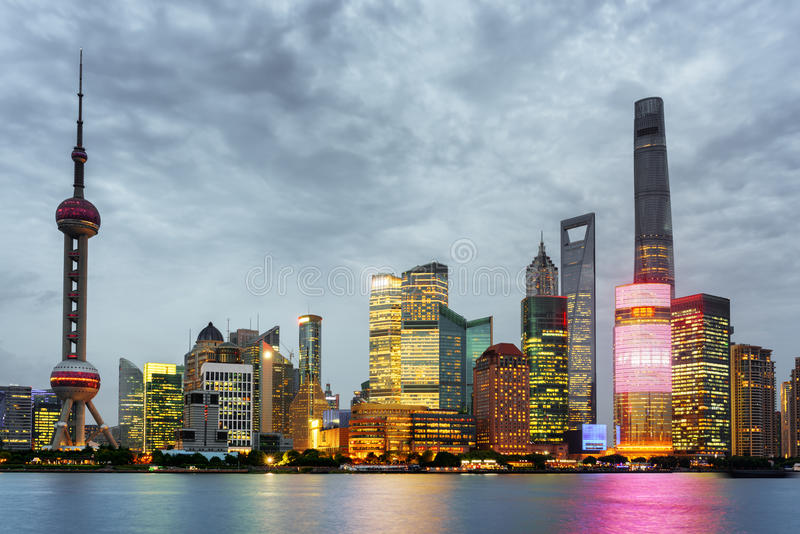 Avondmening van Pudong-horizon, Lujiazui, Shanghai, China royalty-vrije stock foto's