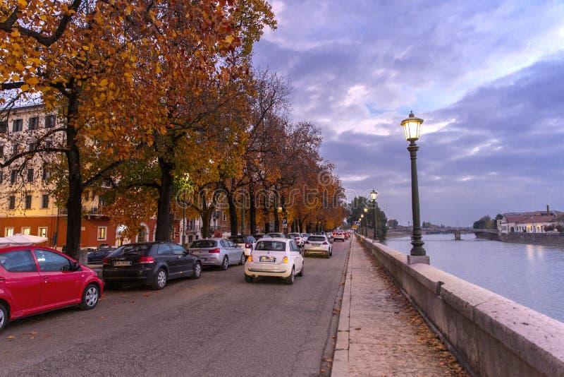 Avondmening van Verona De herfst in Verona, Italië Landschap met Adige-Rivier en Ponte Di Pietra Het beroemde oriëntatiepunt van  royalty-vrije stock afbeelding