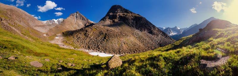 Avondpanorama - Altai-bergen royalty-vrije stock afbeelding