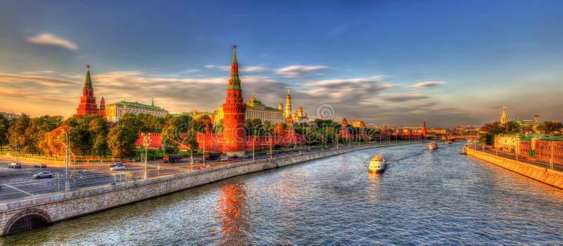 Avondpanorama van Moskou het Kremlin stock foto's