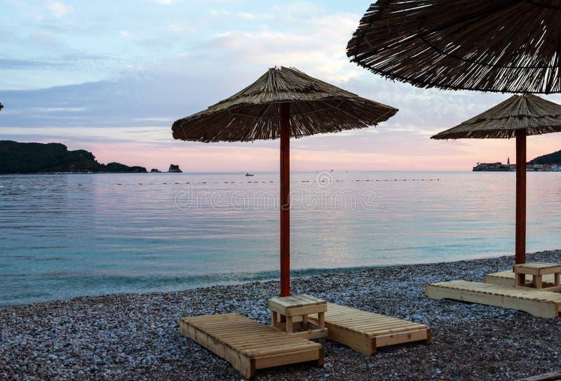 Avondstrand van Adriatische overzees, Budva, Montenegro stock foto