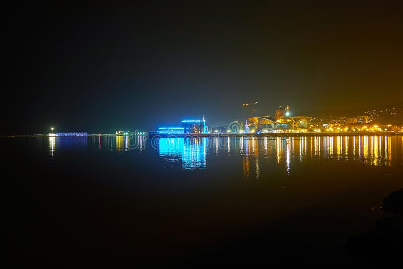 Avondverlichting van Baku kustlijn stock foto's