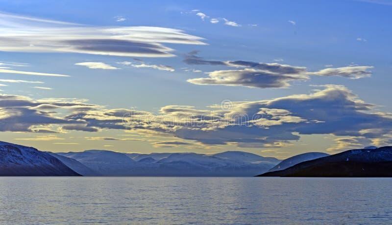 Avondwolken in het Hoge Noordpoolgebied stock fotografie