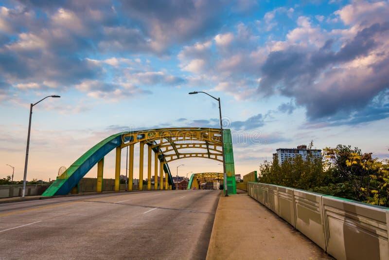 Avondwolken over kleurrijke Howard Street Bridge, in Baltim royalty-vrije stock foto
