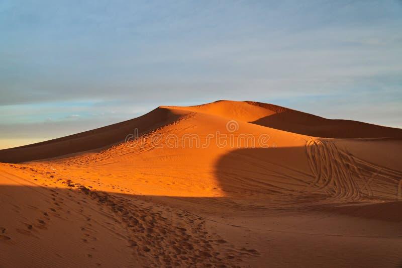 Avondzon op het zandduin in de woestijn van de Sahara royalty-vrije stock foto