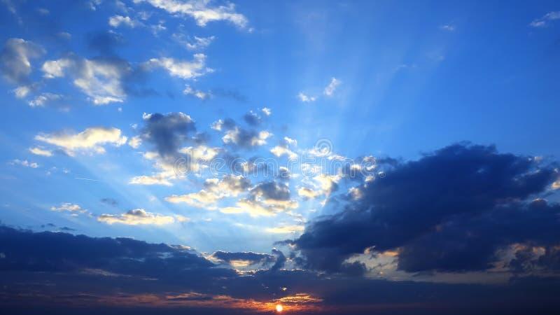 Avondzonsondergang met levendige wolken verbazende aard en landschappen stock afbeelding