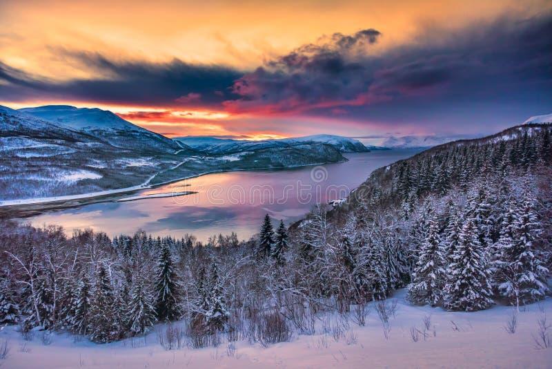 Avondzonsondergang in Noordelijk Noorwegen stock afbeelding