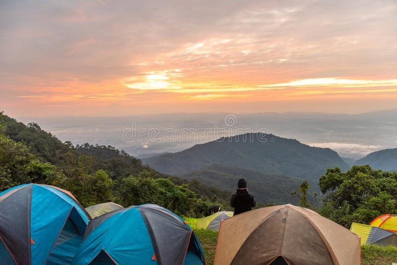Avonturen het Kamperen het toerisme en de tent, menings boslandschap, openlucht in ochtend en zonsonderganghemel in Mon Sone View stock afbeeldingen