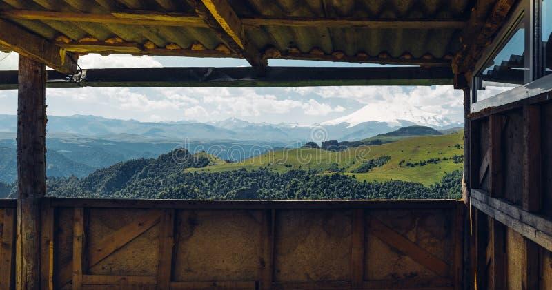 Avonturenreis het Kamperen Concept Toneelmening van Onderstel Elbrus van het Verandavenster royalty-vrije stock afbeelding