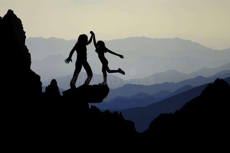 Avonturentijd in geheimzinnige, prachtige en geheimzinnige bergen stock foto's