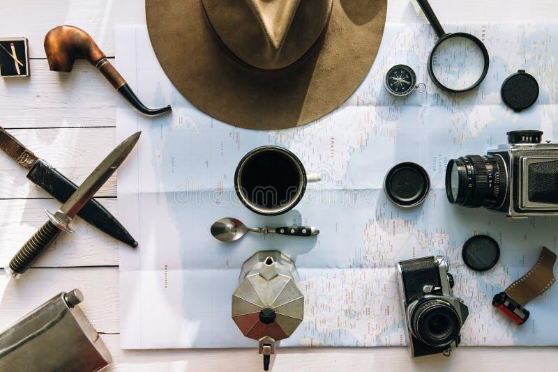 Avontuur de planningsvlakte lag Reis uitstekend toestel op kaart Koffiezetapparaatpercolator, kop, lepel Het onderzoeken van leve royalty-vrije stock afbeelding
