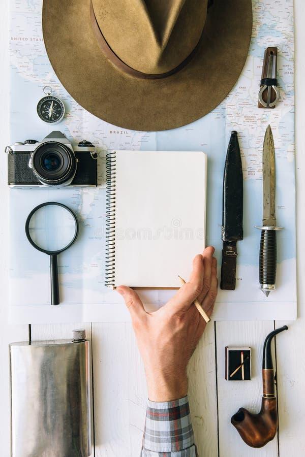Avontuur de planningsvlakte lag Reis uitstekend toestel op kaart De reiziger, ontdekkingsreiziger dient kader in die lege blocnot stock fotografie
