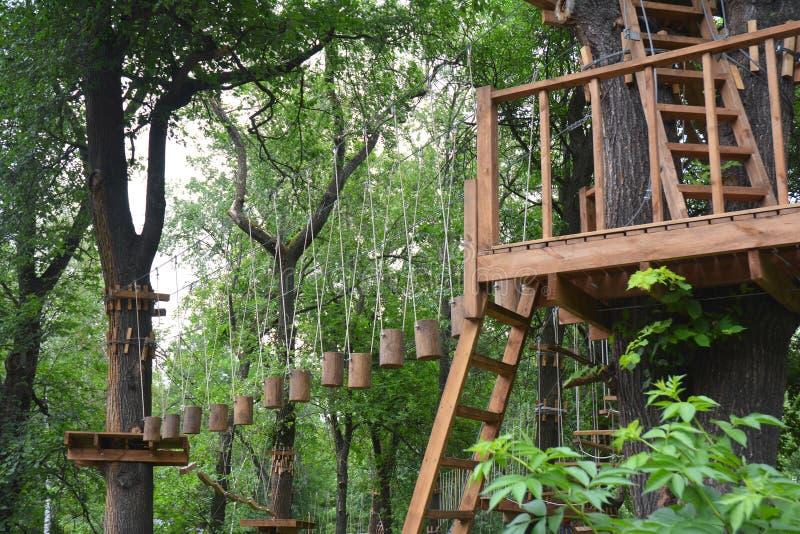 Avontuur die hoog draadpark beklimmen Een avonturenpark is een plaats die een grote verscheidenheid van elementen kan bevatten royalty-vrije stock foto