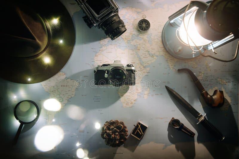 Avontuur planning dichtbij de vlakte van de gaslamp lag Atmosferisch oud toestel op kaart Uitstekende filmcamera in centrum van k stock afbeeldingen