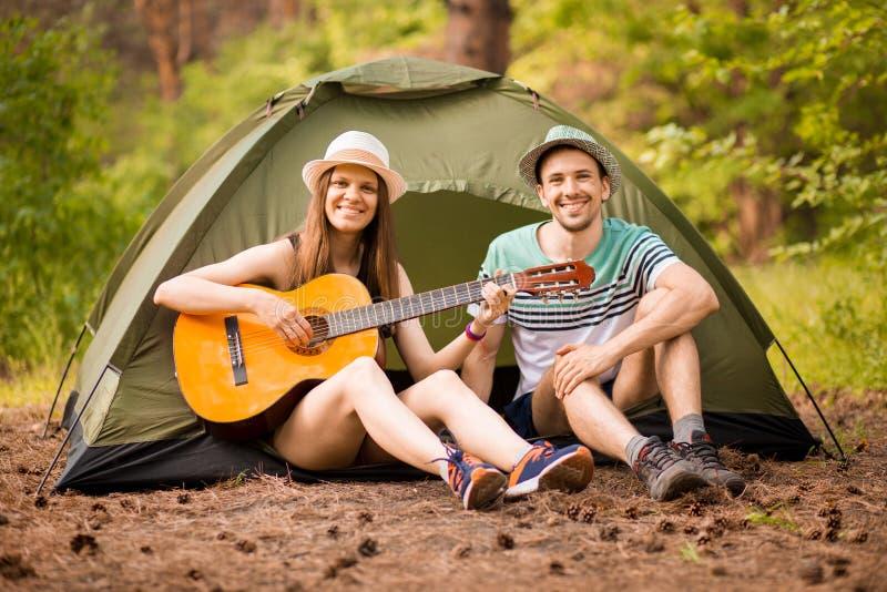 Avontuur, reis, toerisme en mensenconcept - glimlachend paar met gitaar royalty-vrije stock fotografie