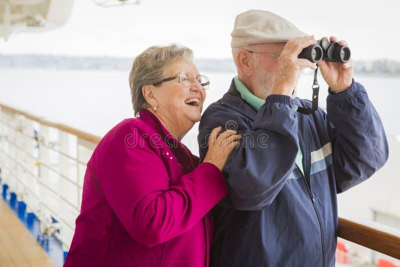 Avontuurlijk Hoger Paar die op het Dek van een Cruiseschip bezienswaardigheden bezoeken royalty-vrije stock fotografie