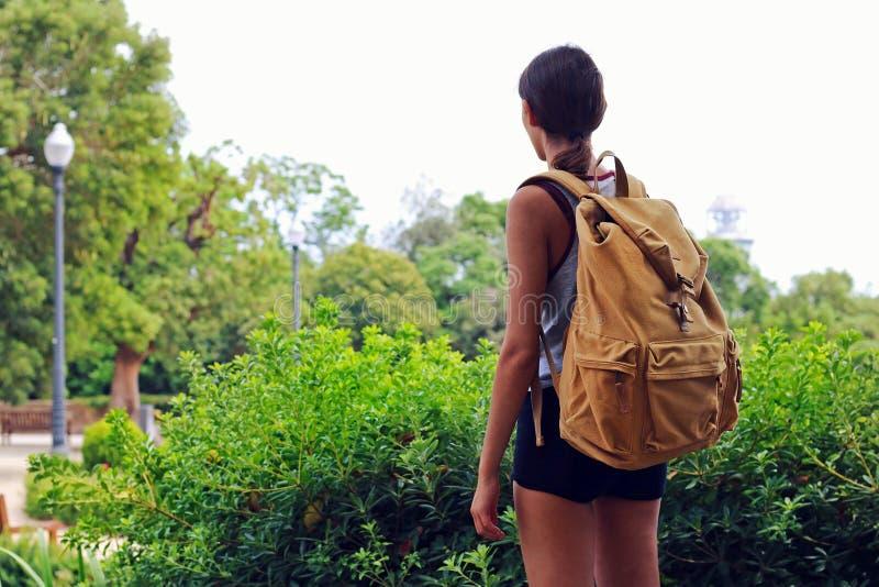 Avontuurlijk meisje met een gele wandelingsrugzak die aard bekijken stock foto's