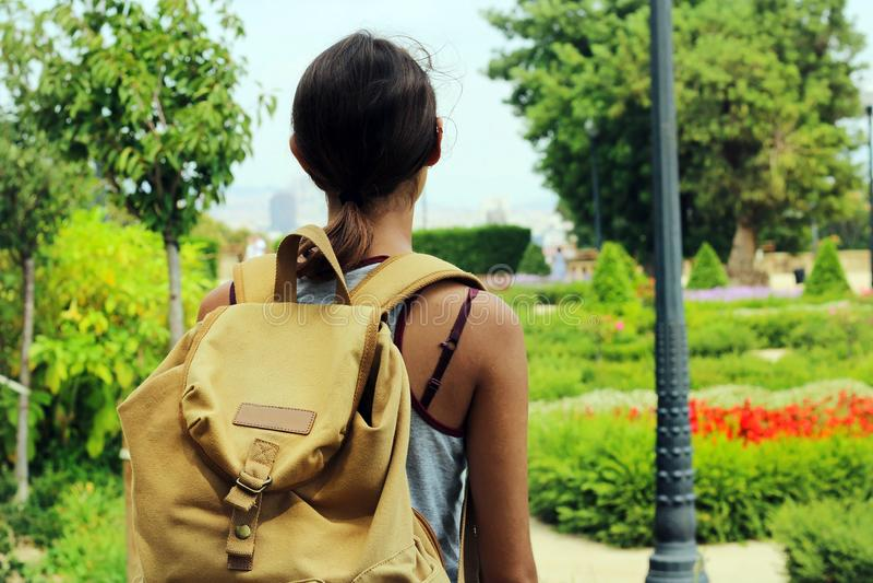 Avontuurlijk meisje met een gele wandelingsrugzak die aard bekijken royalty-vrije stock afbeeldingen