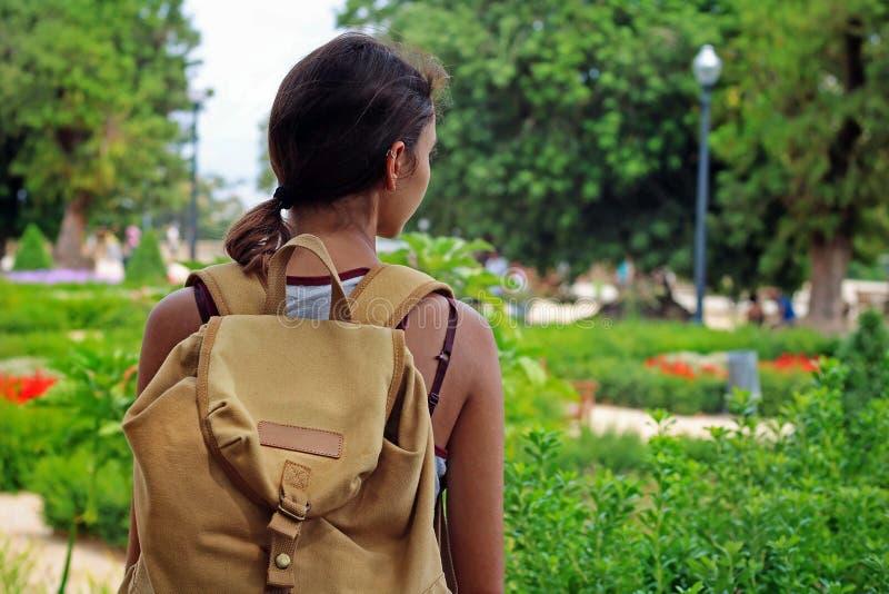Avontuurlijk meisje met een gele wandelingsrugzak die aard bekijken royalty-vrije stock foto