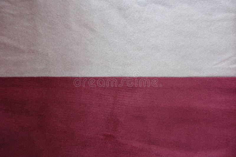 Avorio e pelle scamosciata artificiale rossa cuciti insieme orizzontalmente immagine stock