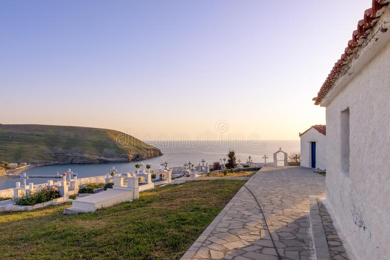 28 avril 2019 - île d'Agios Efstratios, Grèce - le cimetière de l'île, donnant sur le port, dans des couleurs chaudes de coucher  photo stock