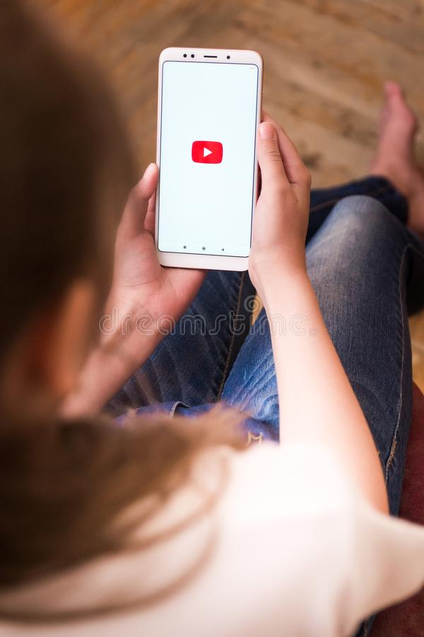 22 avril 2019 F?d?ration de Russie de Stavropol la fille dans les mains du t?l?phone Xiaomi sur lequel l'application youtube fonc photo libre de droits