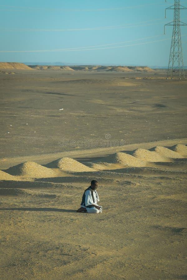 Avril 2019 Homme musulman priant dans le désert ?gypte images libres de droits