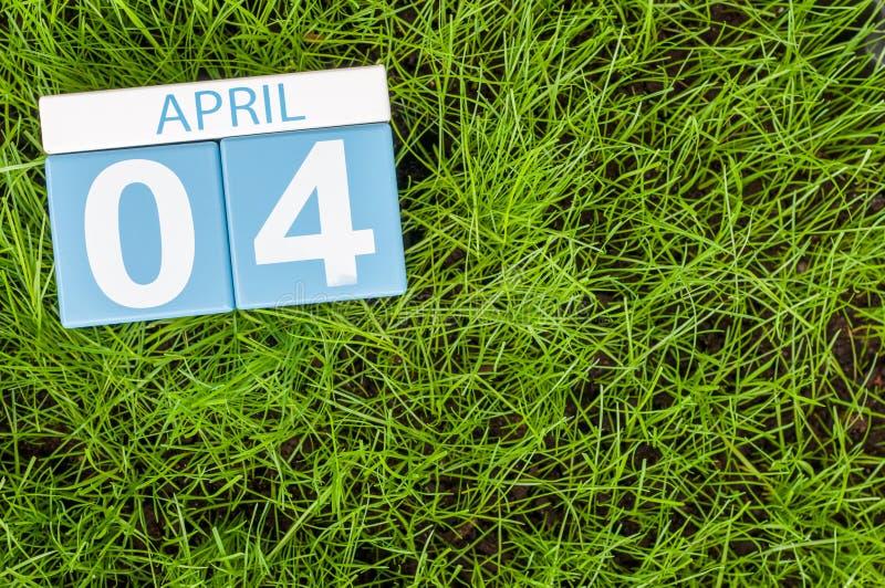4 avril Jour 4 du mois, calendrier sur le fond d'herbe verte du football Printemps, l'espace vide pour le texte image stock