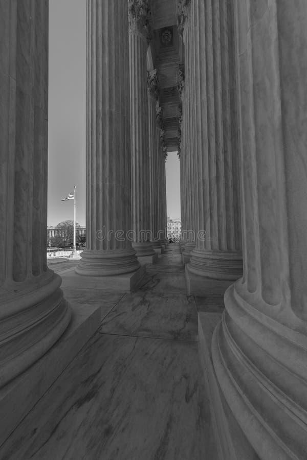 8 AVRIL 2018 - WASHINGTON D C - Colonnes de court suprême à travers des USA Gouvernement, ville images libres de droits