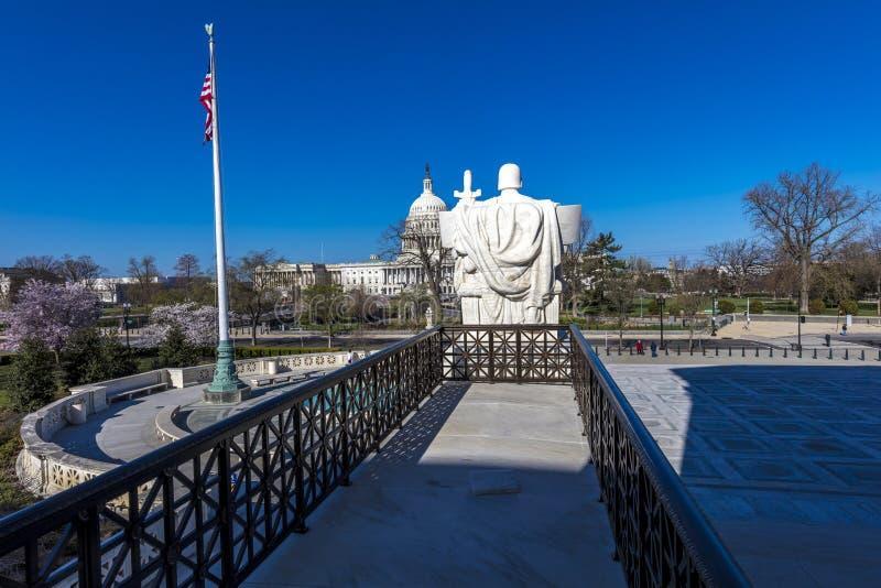 8 AVRIL 2018 - WASHINGTON D C - Les colonnes de la court suprême offre la vue des USA Capitol, loi images libres de droits