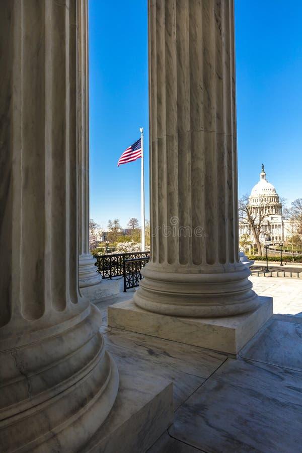 8 AVRIL 2018 - WASHINGTON D C - Les colonnes de la court suprême offre la vue des USA Nord, juridique images stock