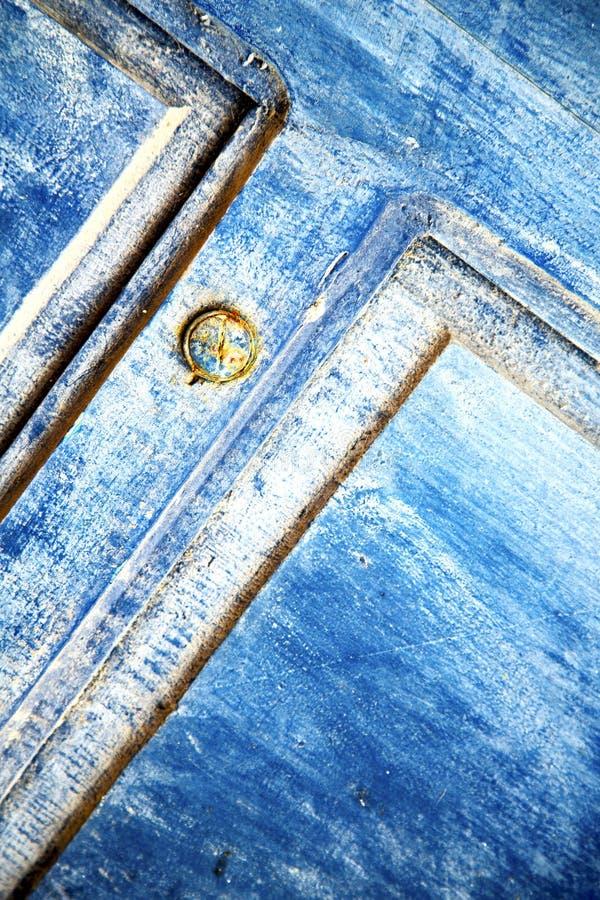 Avriven målarfärg i blått trä och rostigt royaltyfria foton