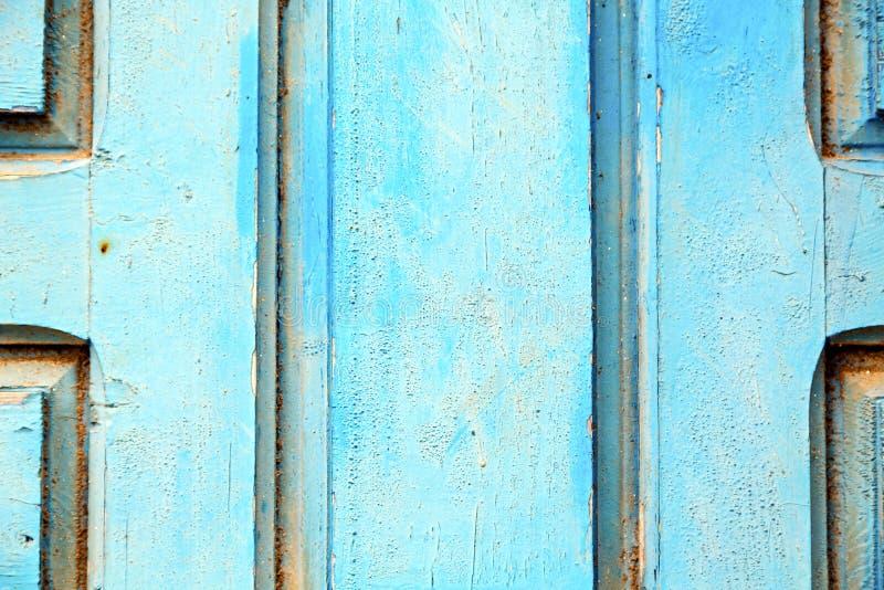Avriven målarfärg i den blåa wood dörren och arkivbilder