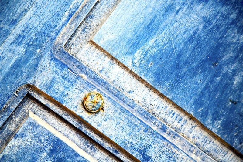 avriven målarfärg i det blåa trät och rostigt royaltyfria foton