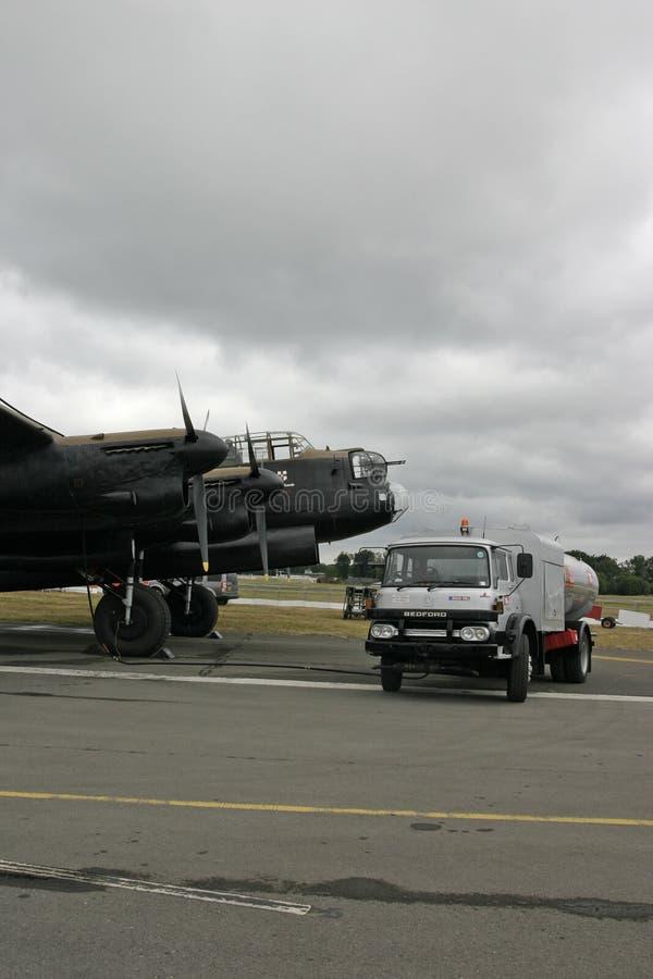 Avro Lancaster avec le camion de réapprovisionnement en combustible à Farnborough images libres de droits
