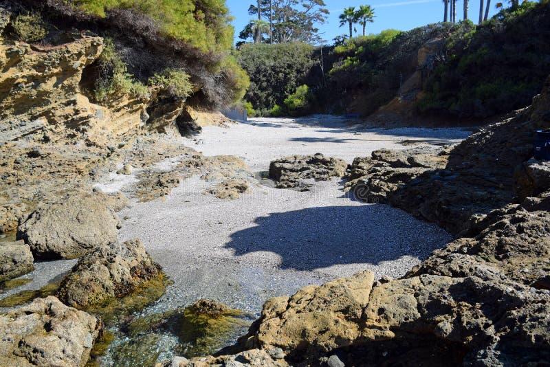 Avskild liten vik nära Crescent Bay, Laguna Beach, Kalifornien arkivbild