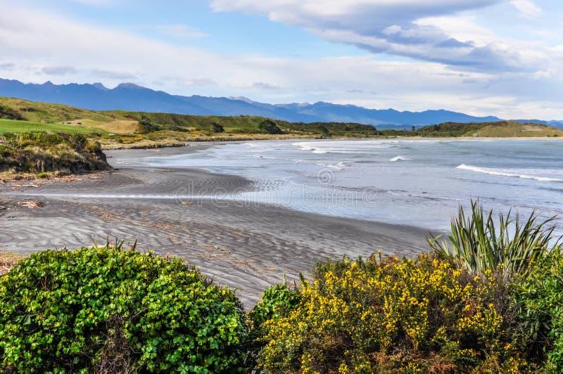 Avskild strand i udde Foulwind, Nya Zeeland arkivfoto