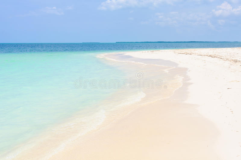 Avskild vit sandstrand i den Cayo Levisa ön i Kuba arkivbild