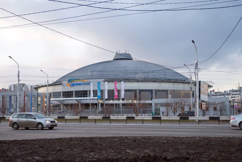 Avskiljer den komplexa arenan för Multifunctional sportar på en kall höstafton av den Krasnoyarsk staden som byggs för vintern Un arkivbilder