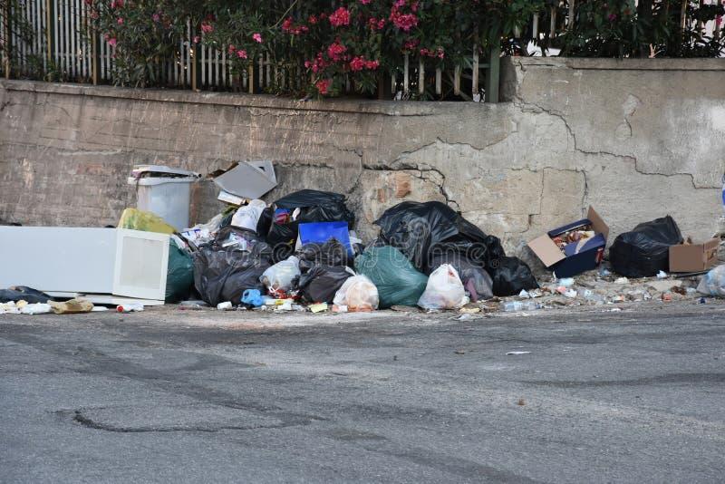 Avskräde i gatorna av Italien arkivbilder