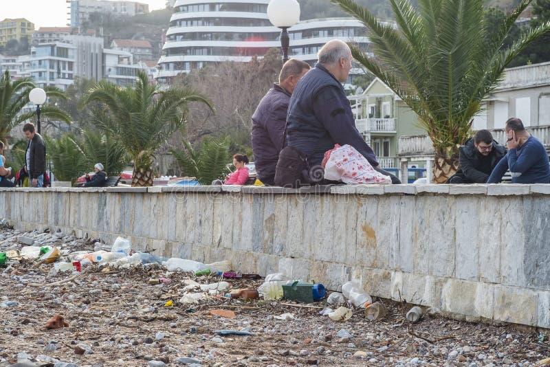 Avskräde lämnade vid turister på stranden royaltyfri foto