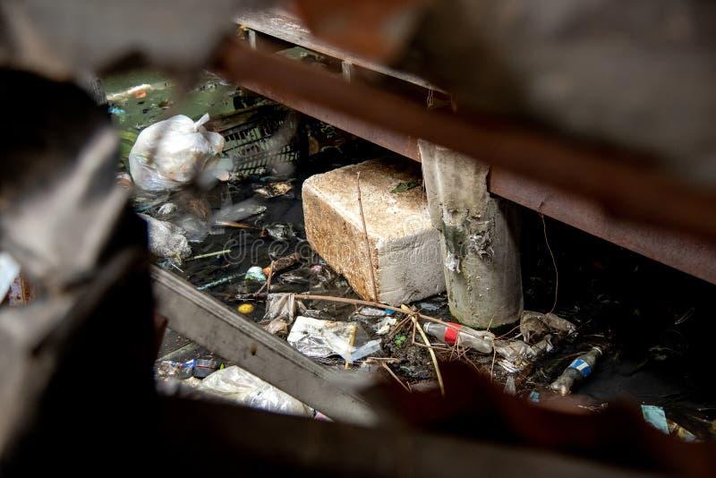 Avskräde och kloak royaltyfri bild