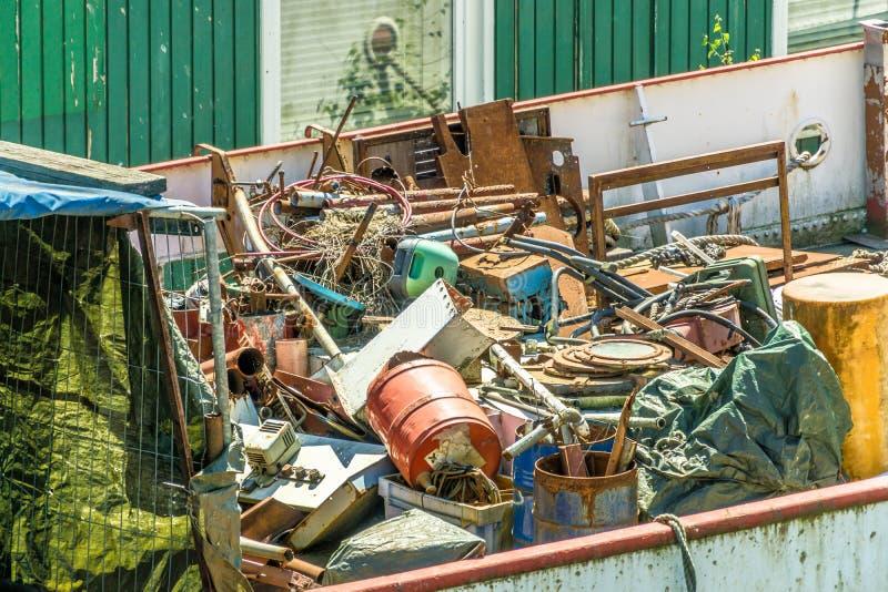 Avskräde, rest och avfalls i en ful smutsig avskrädebehållare på ej längre ett sjödugligt skepp i porten royaltyfri fotografi