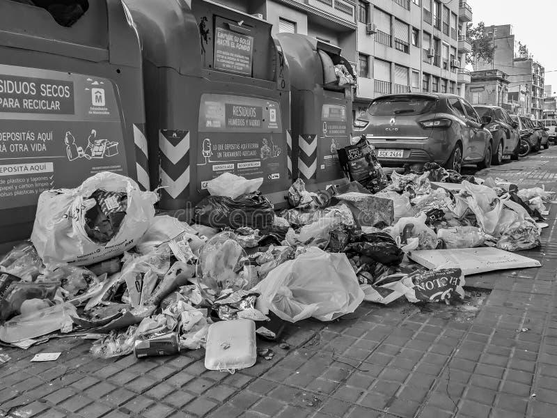 Avskräde som kastas på gatan, Montevideo, Uruguay arkivbilder