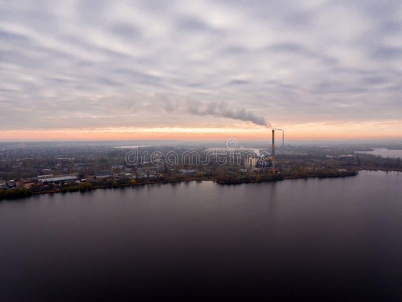 Avskrädeförbränningväxt Förlorad förbränningsugnväxt med att röka fabriksskorsten Problemet av miljöbelastning förbi arkivbilder