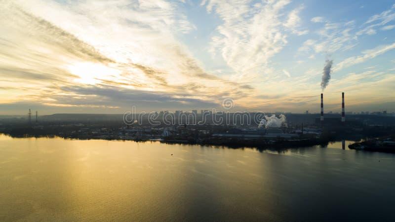 Avskrädeförbränningväxt Förlorad förbränningsugnväxt med att röka fabriksskorsten Problemet av miljöbelastning vid fabriker arkivfoto